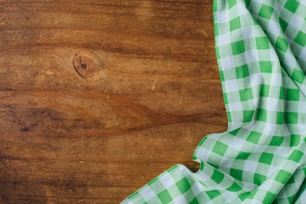 Groene tafelkleed op houten achtergrond