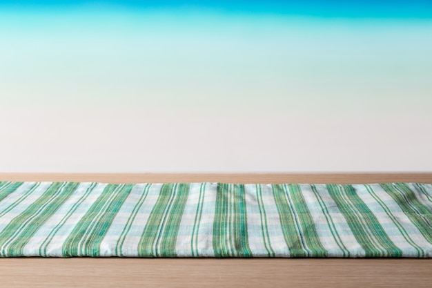 Groene tafellaken op houten tafel voor het tropische strand