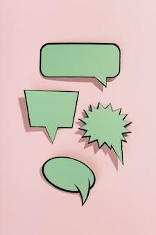 Groene tekstballonnen met zwarte rand op roze achtergrond