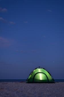 Groene tent gloeit 's nachts
