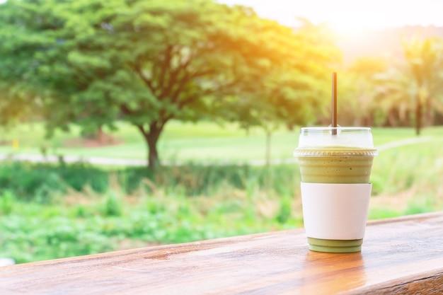 Groene thee frappe en gemengd. zoete smoothiedrank om te ontspannen en gezond in de hete zomer.