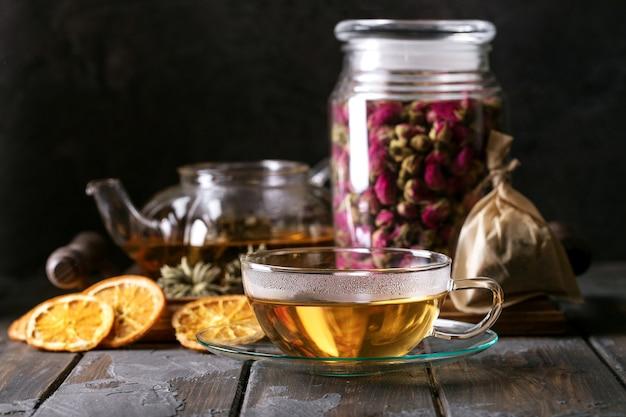 Groene thee geserveerd in glazen theepot