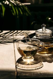 Groene thee in de zon