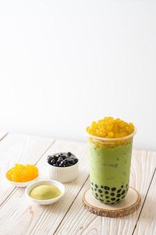 Groene thee latte met bubbels en honing bubbels