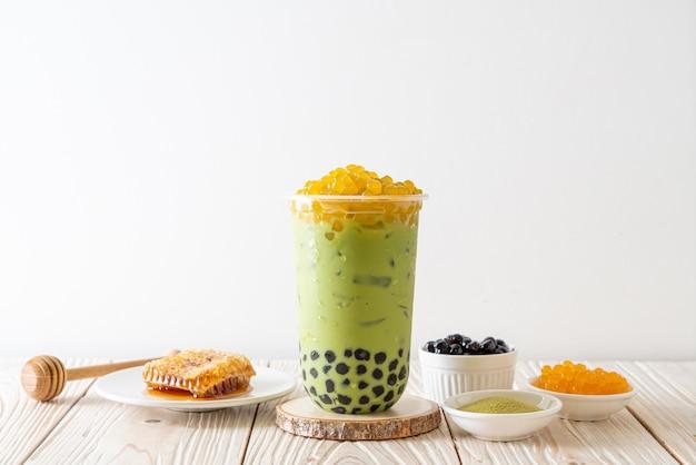 Groene thee latte met bubbels en honingbellen