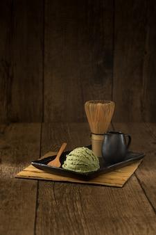 Groene thee matcha ijs japans op tatami decoratie stijl traditionele zoet en koud