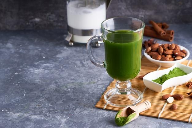 Groene thee matcha in glas op grijze stenen tafel