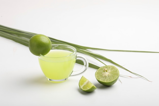 Groene thee met citroen op witte ondergrond