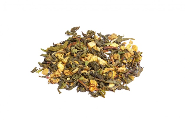 Groene thee met droge bloemen. detailopname