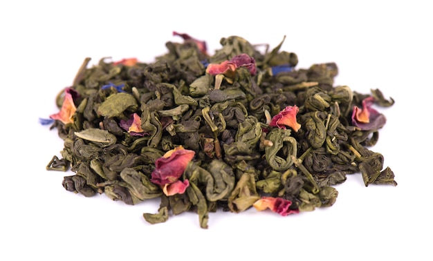 Groene thee met droge bloemen op witte ruimte. detailopname.