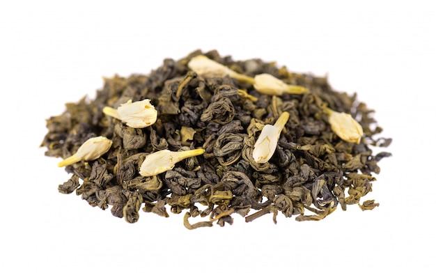 Groene thee met geïsoleerde jasmijn. aromatische groene droge thee, close-up.
