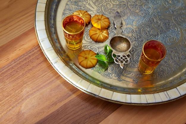 Groene thee met munt marokkaanse stijl op zilveren dienblad