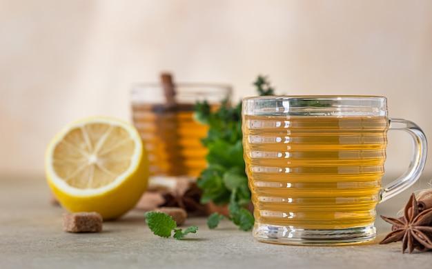Groene thee of kruidenthee met munt en tijm, kaneel, anijs en gember. munt en tijmthee.
