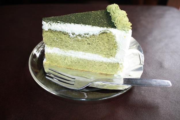Groene theecake met vork op schotel.