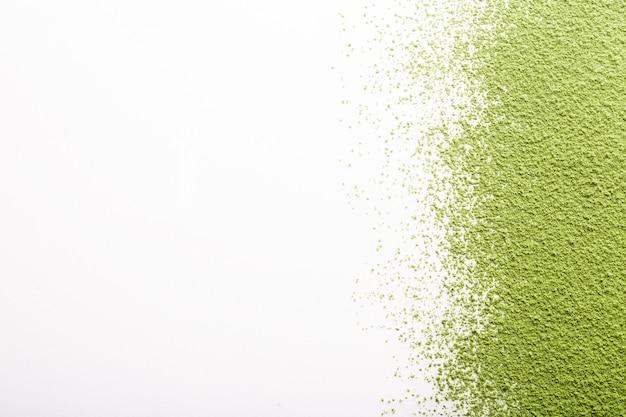 Groene theematcha die op wit met exemplaarruimte wordt geïsoleerd