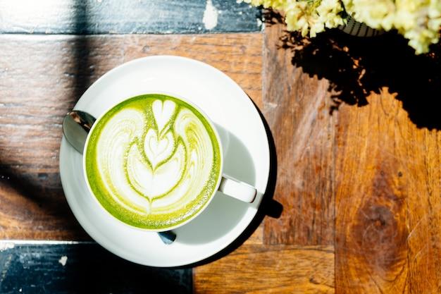 Groene theematcha latte in witte kop