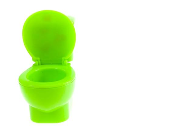 Groene toiletpot op witte achtergrond