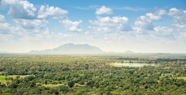 Groene vallei en blauwe hemel, landschap van ceylon. landschap van sri lanka