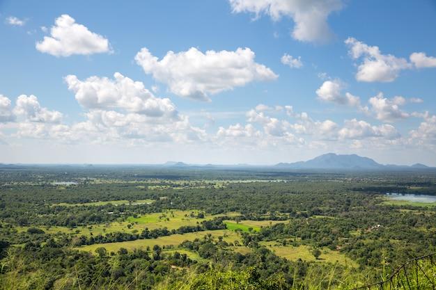 Groene vallei en blauwe hemel, landschap van ceylon