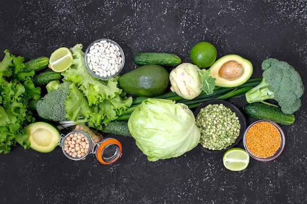 Groene veganistisch eten op donkere achtergrond
