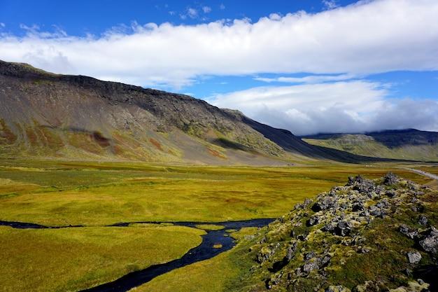 Groene velden en stromen van het schiereiland snaefellsnes, ijsland.