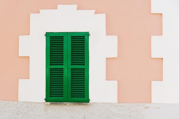 Groene venster op de gevel