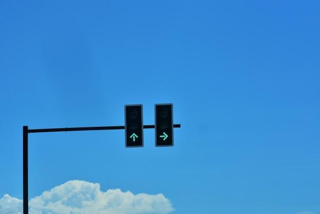 Groene verkeerslichten op het kruispunt