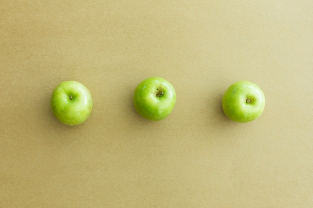 Groene verse appels op papier achtergrond