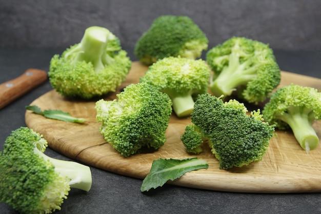 Groene verse broccoli op een houten snijplank