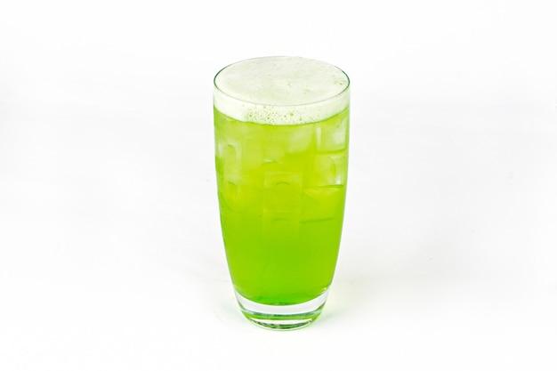 Groene verse cocktail smoothie sap in glas met ijs geïsoleerd op wit vitamine drankje detox