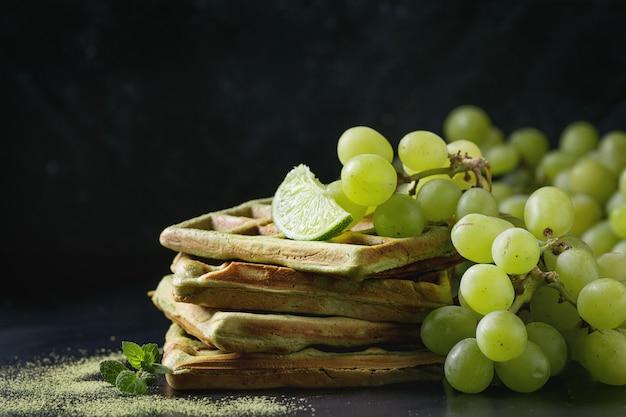 Groene wafels met druiven