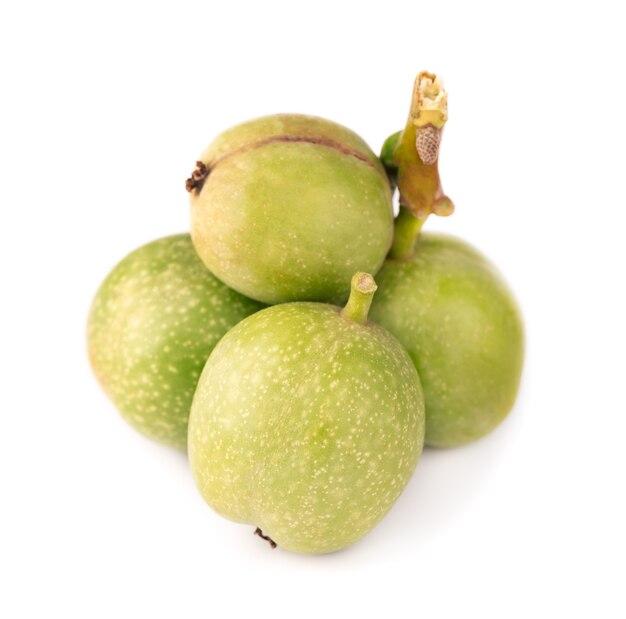 Groene walnoot, geïsoleerd op wit