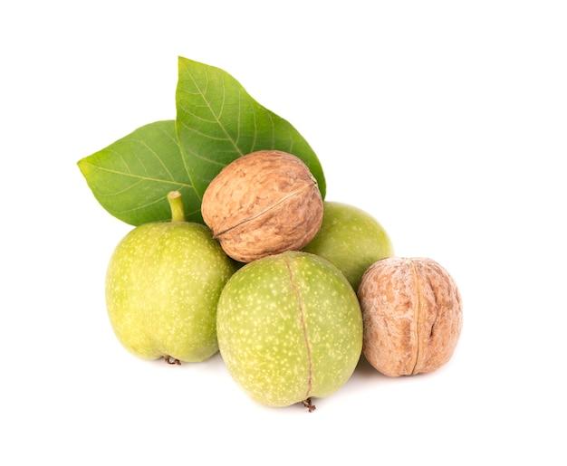 Groene walnoot, geïsoleerd op witte ruimte. gepelde walnoot en pitten. walnoten branch.