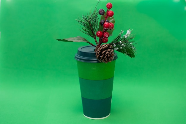 Groene wegwerpdocument kop en pijnboomtak met rode bessen en denneappel op groene achtergrond