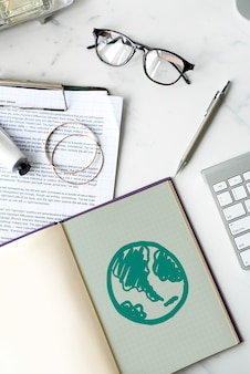 Groene wereld getekend op een laptop