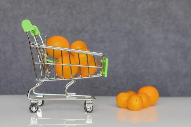 Groene winkelwagentje met gele cherry tomaten.