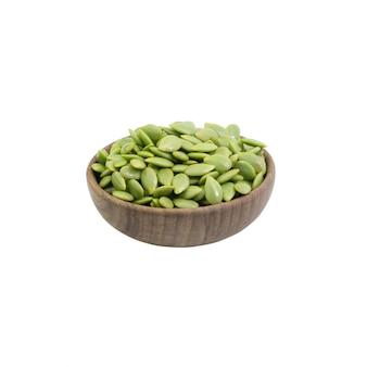 Groene zaad witte die popinac in komhout op wit wordt geïsoleerd