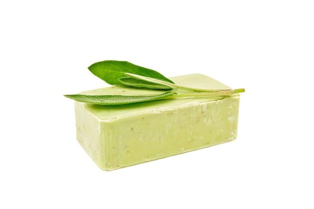 Groene zeep met salietakje dat op witte achtergrond wordt geïsoleerd