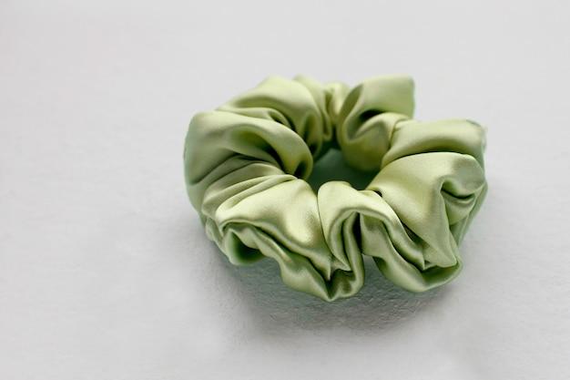 Groene zijde scrunchy geïsoleerd op witte achtergrond