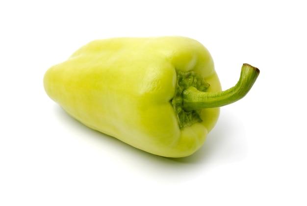 Groene zoete bulgaarse peper op een witte achtergrond