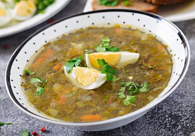 Groene zuringssoep met eieren. zomer menu. gezond eten.