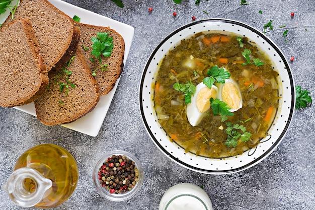 Groene zuringssoep met eieren. zomer menu.