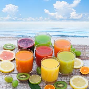 Groente- en citrussappen. stukken groenten en fruit op houten bureau. ongebruikelijk bovenaanzicht