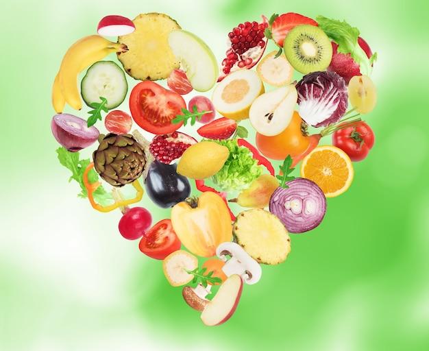 Groente en fruit vormen een hart. gezonde voeding voor wellness-concept