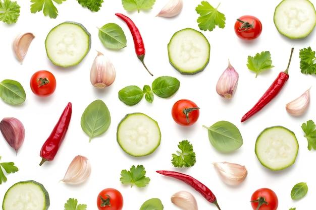 Groente en kruiden geïsoleerd, bovenaanzicht. wallpaper abstracte compositie van groenten.