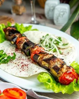 Groente kebab op pitabroodje met kruiden en uien