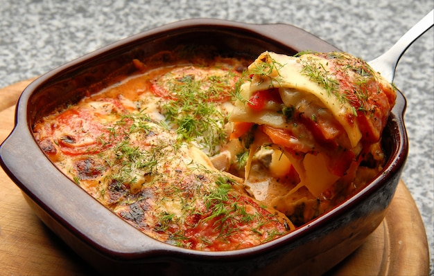Groente lasagne met saus en dille
