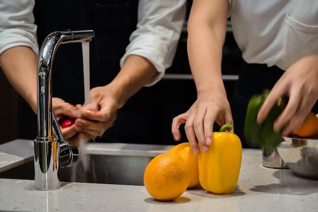 Groente wassen in de keuken