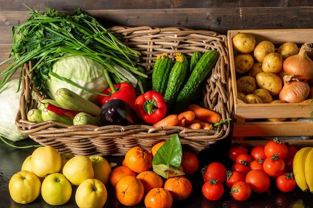 Groenteboer markt tegen kleurrijke verschillende verse biologische gezonde groenten bij supermarkt gezonde natuurvoeding concept