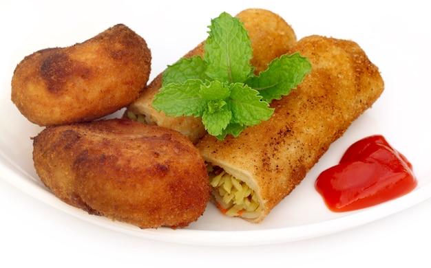 Groentebroodje met aardappelkarbonade en verse muntblaadjes
